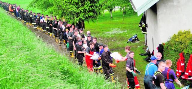 Maniów w gminie Szczucin. Strażacy umacniają wał wiślany. Miejsco  wym pomagają druhowie z Podhala, Gorlic, Limanowej