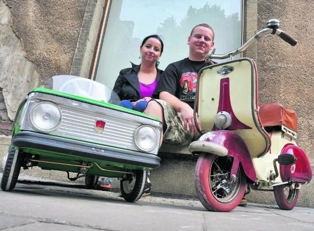 Bernadeta i Wojciech Szymańscy przed lokalem przy ul. Ogarnej, gdzie w sierpniu uruchomią Galerię Starych Zabawek