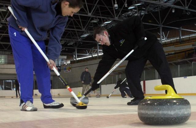 Damian Herman - z prawej - to lider śląskiego curlingu.