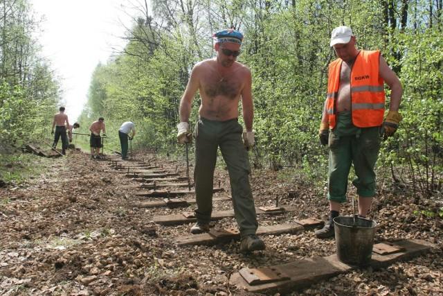 Członkowie i sympatycy Stowarzyszenia Górnośląskich Kolei Wąskotorowych naprawiają torowisko w Bytomiu
