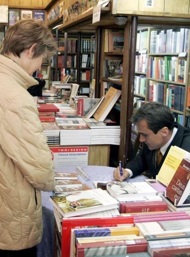"""W księgarni """"Jedynka"""" przy Al. Marcinkowskiego  często autorzy podpisują swoje książki. Na zdjęciu: dziennikarz Mariusz Max Kolonko"""