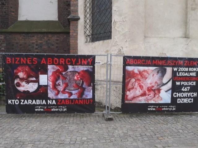 Wrocław: Krwawe zdjęcia płodów w drodze na Ostrów Tumski (ZDJĘCIA)