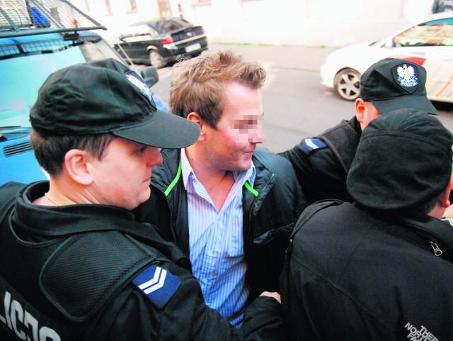 Dawid B. spędził wczoraj kilka godzin w kajdankach w sklepie przy ul. 6 Sierpnia, gdy inspektorzy konfiskowali towar