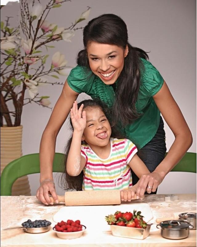 Atrakcyjna pogodynka w TVN, modelka Omena Mensah z córką Vanessą