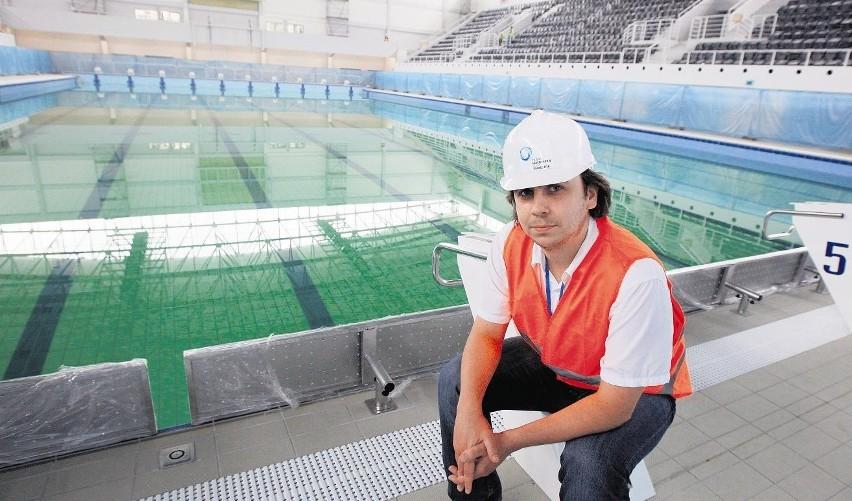 - Woda w basenie jest jeszcze zielona, ale  zmieni kolor po przefiltrowaniu - mówi G. Burzyński