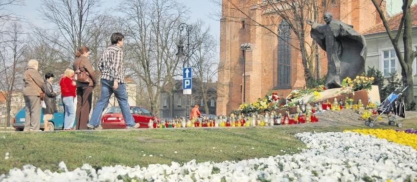 Przed pomnikiem Jana Pawła II z okazji jego beatyfikacji...