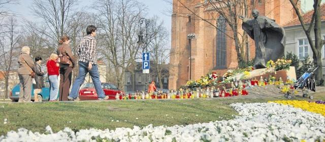 Przed pomnikiem Jana Pawła II z okazji jego beatyfikacji zakwitną w tym roku tysiące tulipanów i bratków