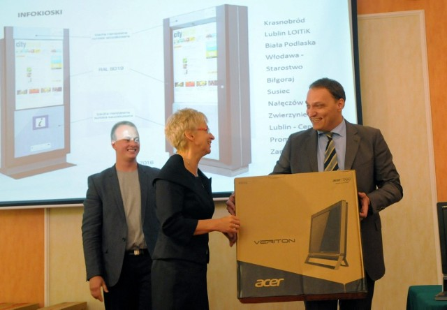 Piotr Franaszek wręcza jeden z zestawów komputerowych, z którego będą mogli bezpłatnie korzystać turyści