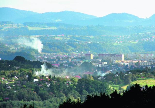 Dymiące kominy jeszcze długo nie znikną z panoramy stolicy Sądecczyzny