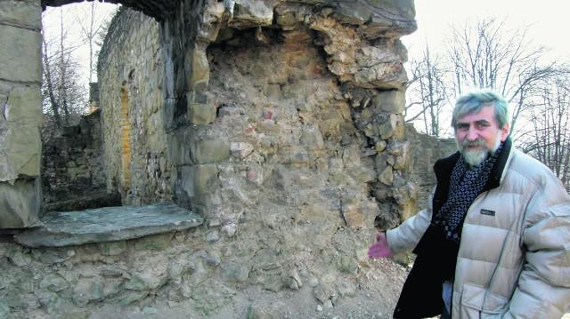 Fragment wokół okna w południowo-wschodniej części murów niemal całkowicie się rozsypał - pokazuje Adam Orzechowski