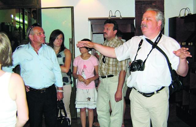 Poseł Jacek Osuch oprowadzał gości z Olkusza po swoim miejscu pracy. Nie szczędził pikantnych historyjek