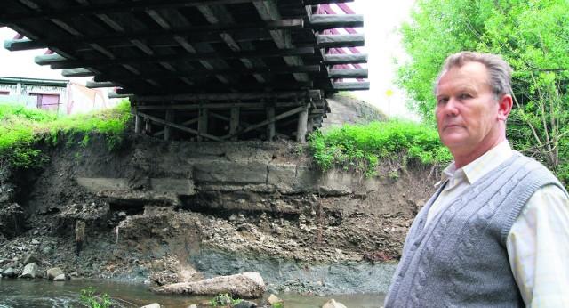 Czesław Sadłowski codziennie sprawdza, czy most się nie wali. Boi się, że teraz może do tego dojść w każdej chwili