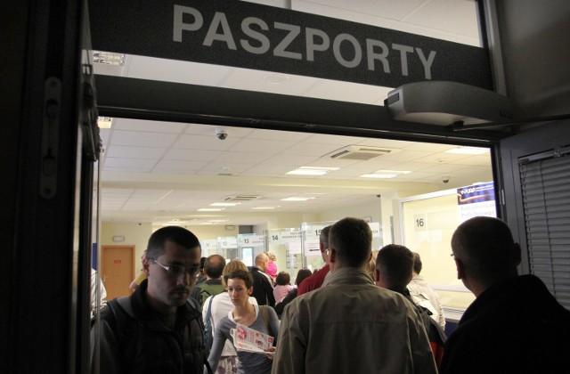 Długie kolejki ustawiają się po paszporty