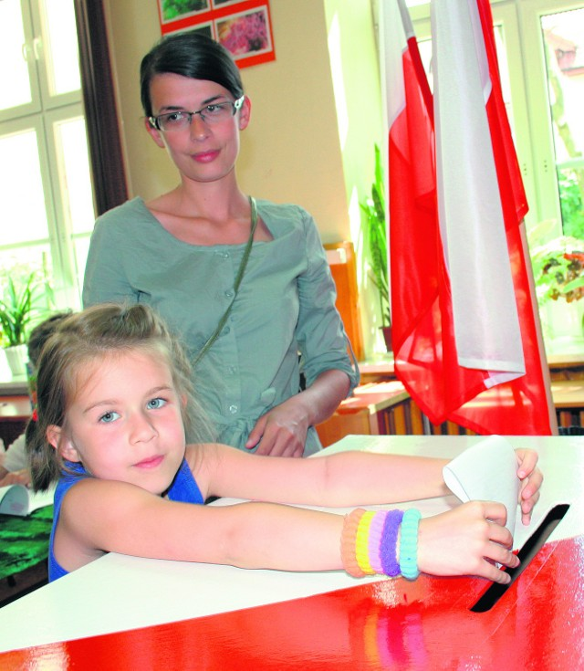 Kaja Tomsia z Olkusza pomagała mamie i tacie wrzucić do urny kartkę z nazwiskami kandydatów na prezydenta