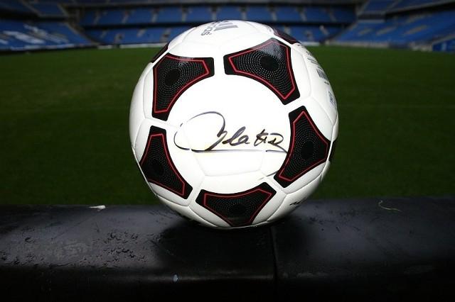 Piłka z podpisem Platiniego.