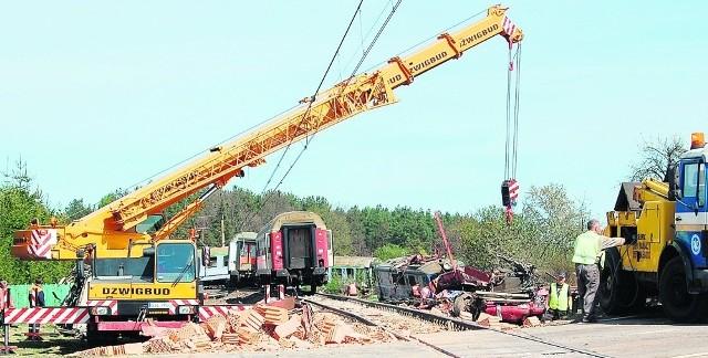 Podczas uderzenia pociągu w samochód ciężarowy pod Lęborkiem wykoleiło się kilka wagonów. Zginęły dwie osoby