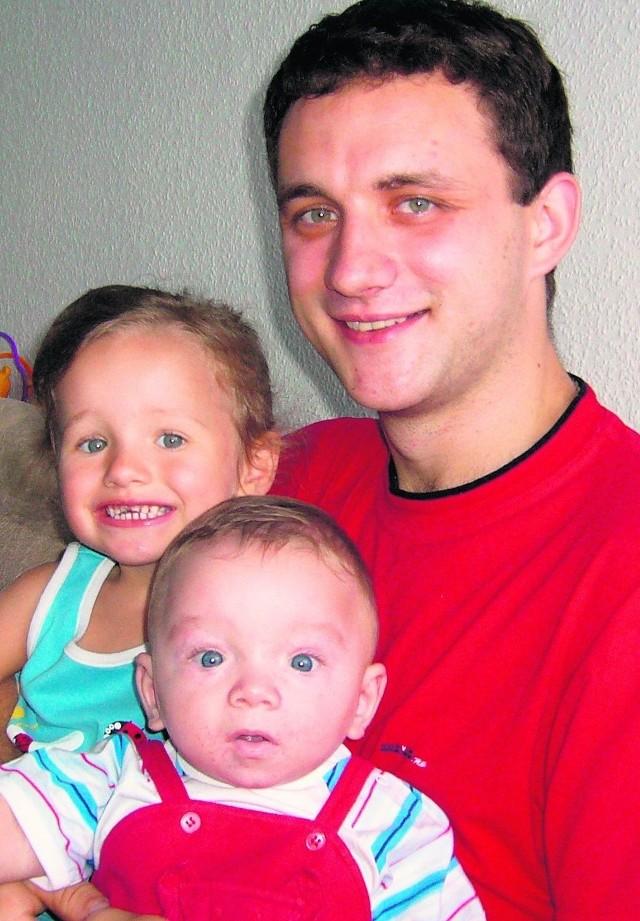 Dariusz Szymaszek z dwuletnią Emilką i siedmiomiesięcznym Oskarem