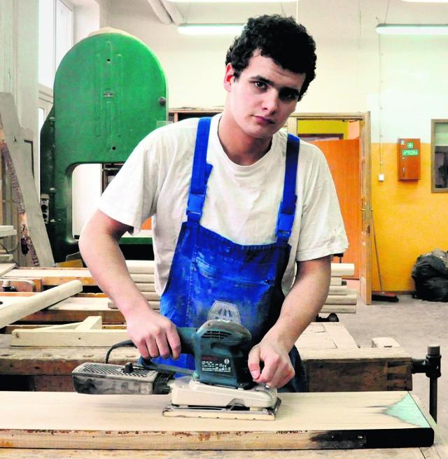 Dawid Pizkozub uczy się technologii robót wykończeniowych. Wie, że po szkole znajdzie pracę