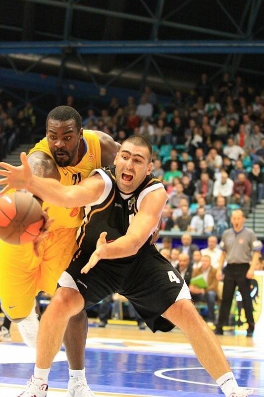 PGE Turów z Ivanem Zigeranoviciem (z prawej) w meczu z Maccabi gryzł parkiet.