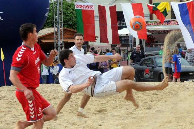 Pl. Zamkowy: Trwa turniej piłki plażowej