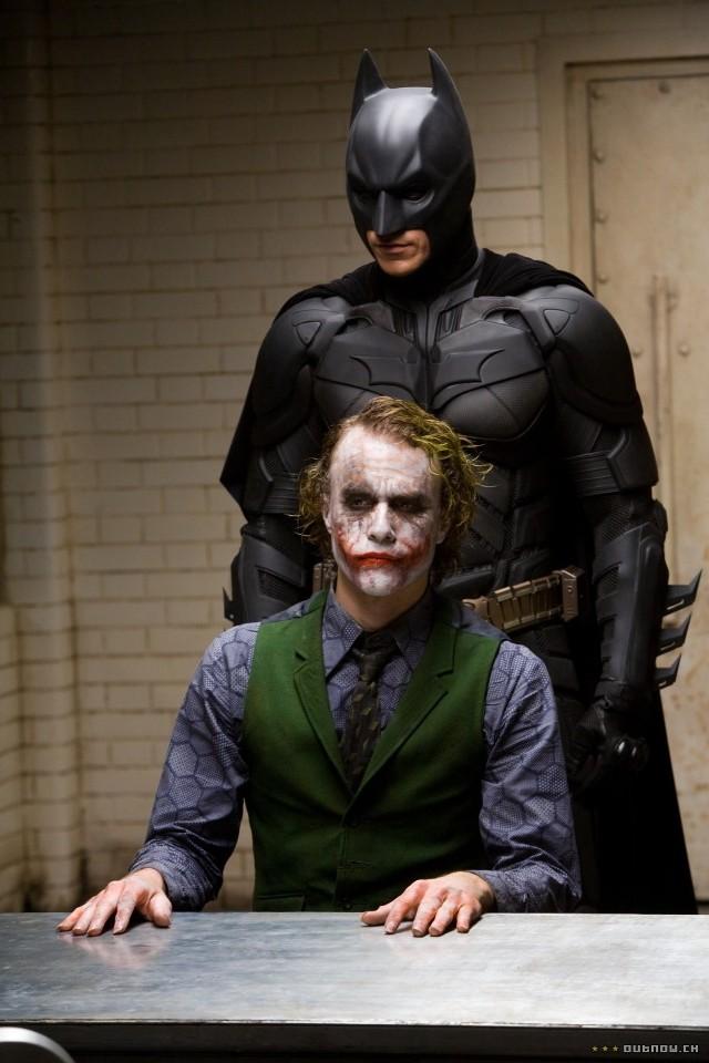 """Gdy w 2008 roku w kinach pojawił się """"Mroczny rycerz"""" z demonicznym Heathem Ledgerem w roli Jokera, reżyserowi zarzucono epatowanie przemocą i nihilizmem oraz lekceważenie ich społecznych skutków."""