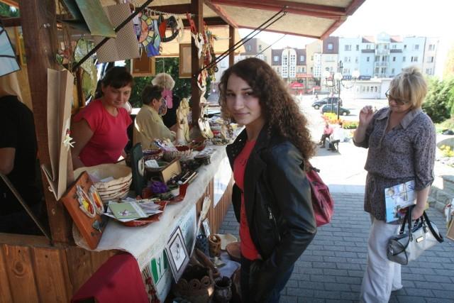 Sara Kapuścińska, uczennica II LO, ogląda rękodzieło na stoiskach Alei Obywatelskiej