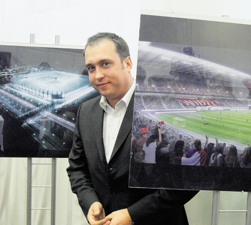 Listopad 2010. Prezes Animucki prezentuje projekt stadionu.