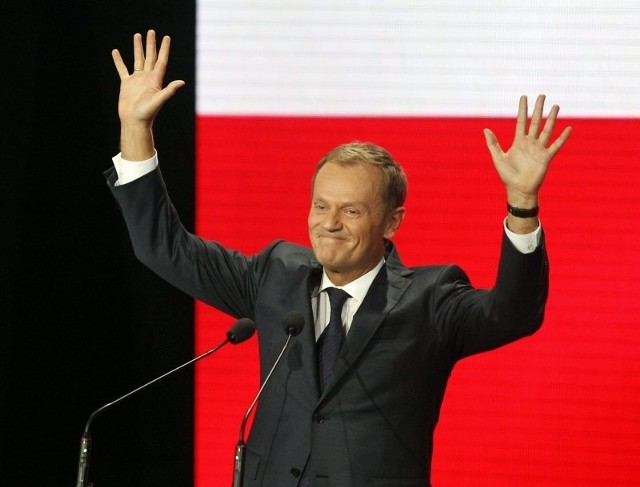 Donald Tusk cieszy się ze zwycięstwa.
