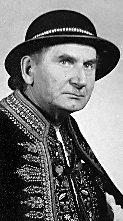 Michał Słowik-Dzwon  (1907-1980) - poeta, prozaik, twórca obrazów na szkle i korzenioplastyki, jeden z wielkich propagatorów kultury i tradycji górali pienińskich