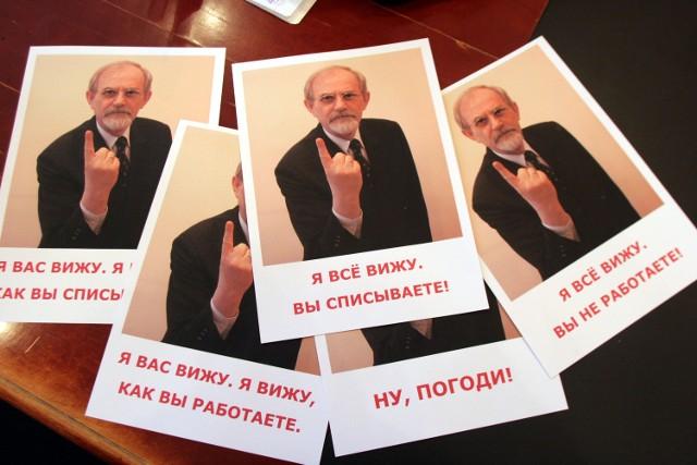 Gdy dyrektor Bąk nie mógł towarzyszyć uczniom na maturze, przygotował plakaty ze swoją podobizną