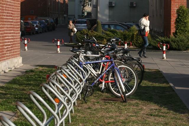 Stojaki na rowery przy Politechnice Łódzkiej