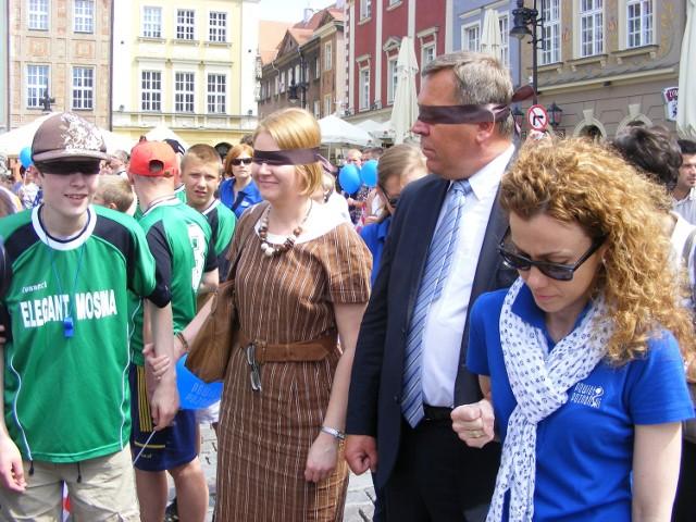 Obok osób niewidomych z Ośrodka w Owińskach w marszu uczestniczyli, idąc z zawiązanymi oczami samorządowcy oraz parlamentarzystki.