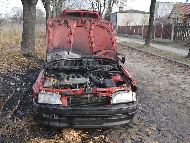 Łódź: ford escort spłonął na Częstochowskiej [ZDJĘCIA]