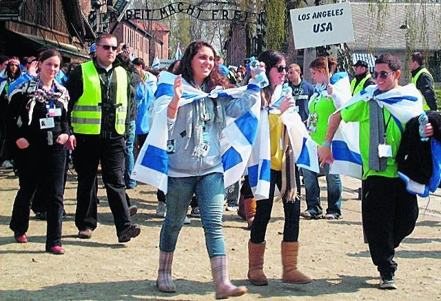 """Uczestnicy Marszu Żywych wyruszyli spod bramy """"Arbeit Macht Frei"""" pod pomnik w Brzezince"""