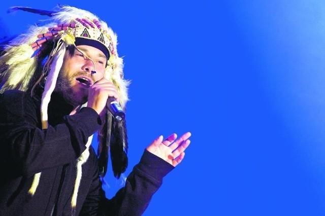 Już w sobotę znany z upodobania do ekstrawaganckich nakryć głowy Jay Kay z grupy Jamiroquai wskrzesi podczas koncertu w Krakowie imprezowego ducha lat 90.