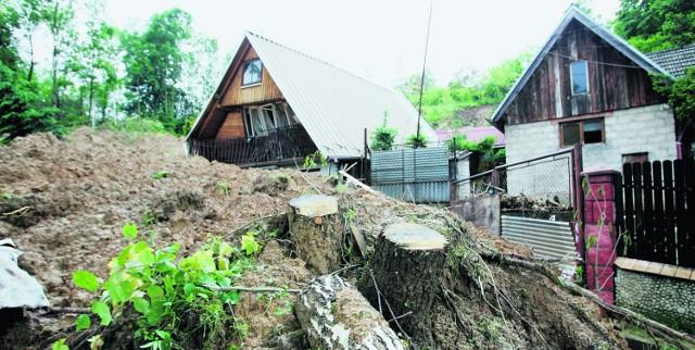Potężna lawina błota, kamieni, drzew i korzeni zniszczyła domy rodziny Kulmów z Winiar