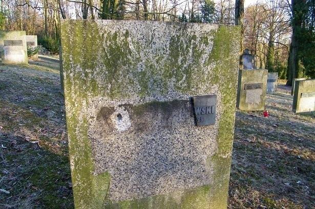Zdemolowane groby na poznańskiej Cytadeli