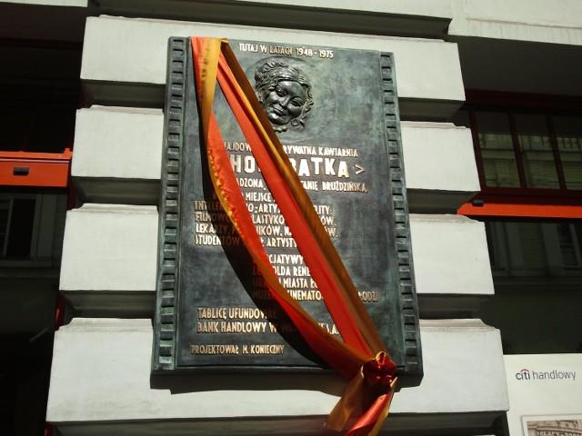 Tablica upamiętniająca Honoratkę na ścianie przy Moniuszki 2.