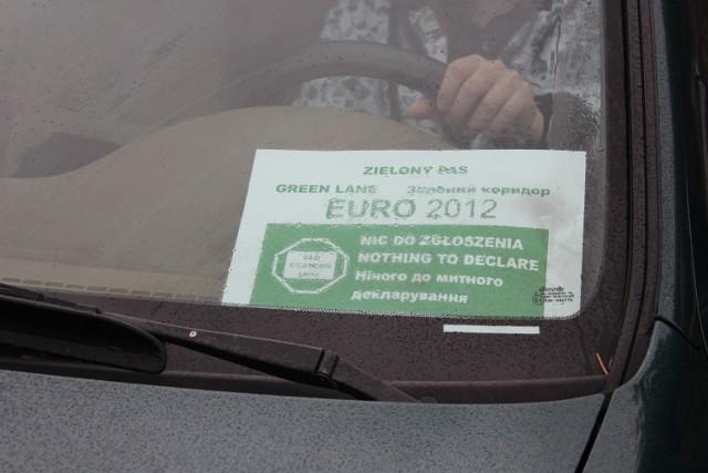 Samochody kibiców mają za szybą specjalne karty