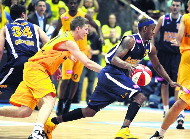 Na Daniela Ewinga (z piłką) zawsze można liczyć. Czy pozostali koszykarze z Gdyni także nie zawiodą?