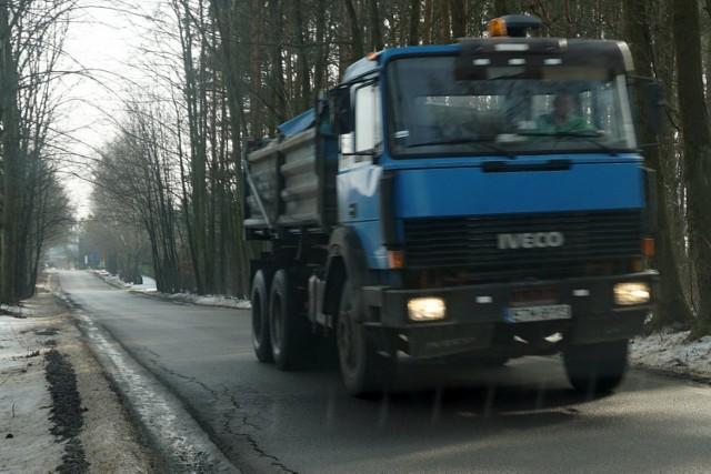 Nowe drogi w gminie Wolbórz są już zniszczone przez ciężki ruch puszczony objazdem z powiatu tomaszowskiego