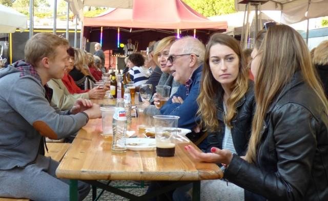 """Nie trzeba wcale... wyjeżdżać do Niemiec, żeby wziąć udział w tradycyjnym święcie piwoszy. W Hotelu Bristol Art & Medical SPA w Busku-Zdroju trwał Oktoberfest 2018. To dwudniowa impreza - w programie znalazło się wiele atrakcji dla publiczności.  Czwarta edycja Oktoberfest - to jedyne dożynki chmielowe w regionie świętokrzyskim - ruszyła w sobotę. W roli głównej: piwo. Serwowany jest trunek """"ze złocistą pianką"""" z kilkunastu browarów - z Polski, a także z różnych stron Europy.  W programie imprezy znalazło się też wiele innych atrakcji. Spotkania przy kuflu piwa, pod namiotami rozstawionymi na hotelowym parkingu - to jedno, ale można skosztować również specjałów kuchni bawarskiej. Są potrawy z grilla, karczki, świeże precle solone czy wyborna biała kiełbasa, marynowana w piwie z golonką.  Oprawę muzyczną Oktoberfest 2018 zapewnia Tyrolska Kapela Stefana. Formacja z Torunia, prowadzona przez charyzmatycznego Stefana Dembowskiego, która ma w dorobku także występy na królewskim Oktoberfest w Monachium, świętuje w Busku swoje... """"srebrne wesele"""" - 25 lat grania na scenie.  Święto piwa w Bristolu było też okazją do promocji dla lokalnych producentów żywności. Swoją ofertę prezentują, między innymi: Olejarnia Zagłoby z Mikułowic, Gospodarstwo Mleczne Łukasików ze Strzałkowa, Pasieki Kameduły.  Drugi dzień IV Oktoberfest w buskim Hotelu Bristol - w niedzielę. Impreza rozpocznie się o godzinie 12, potrwa do późnego wieczora. Wstęp wolny.   ZOBACZ TAKŻE: TOP SPORTOWY. Które gwiazdy sportu mają najwięcej dzieci?  (Źródło: vivi24)"""