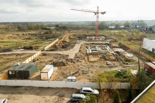 Budowa bloku przy Wyszogrodzie - resztki dawnego grodziska przy ul. Fordońskiej w Bydgoszczy widać w tle.