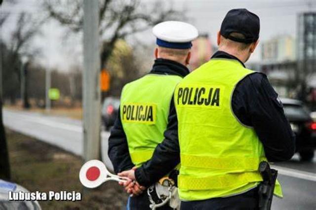 W momencie, kiedy policjanci podjechali do kierowcy jednośladu i wydali mu wyraźne sygnały do zatrzymania się, motocyklista zaczął uciekać.