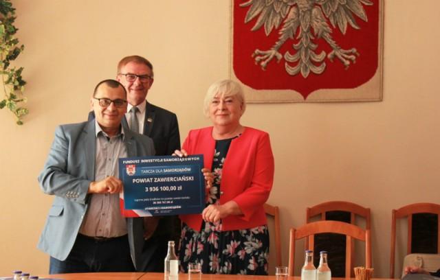 Wręczenie czeków burmistrzom, wójtom i prezydentowi gmin powiatu zawierciańskiego