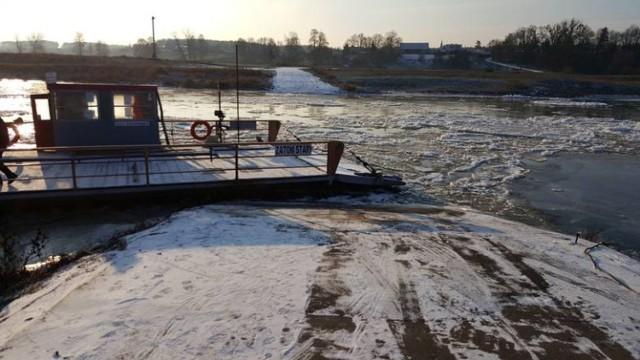 Praca promu na rzece Warcie pomiędzy Zatomiem Starym a Zatomiem Nowym wstrzymana do odwołania przez spływający rzeką śryż (zdjęcia z 2016 roku).