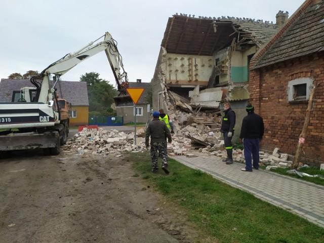 Mieszkańcy Czarnowa oraz miejscowi strażacy pomagali uporządkować teren wokół domu.