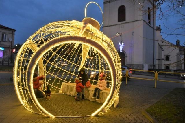 Świąteczne iluminacje w Pińczowie zachwycają! Jak co roku, centrum miasta pięknie rozbłysło lampeczkami. Są też ogromne ozdoby, przy których wielu mieszkańców robi sobie zdjęcia - to ogromna bombka i renifer z prezentami.   Zobaczcie więcej na kolejnych slajdach