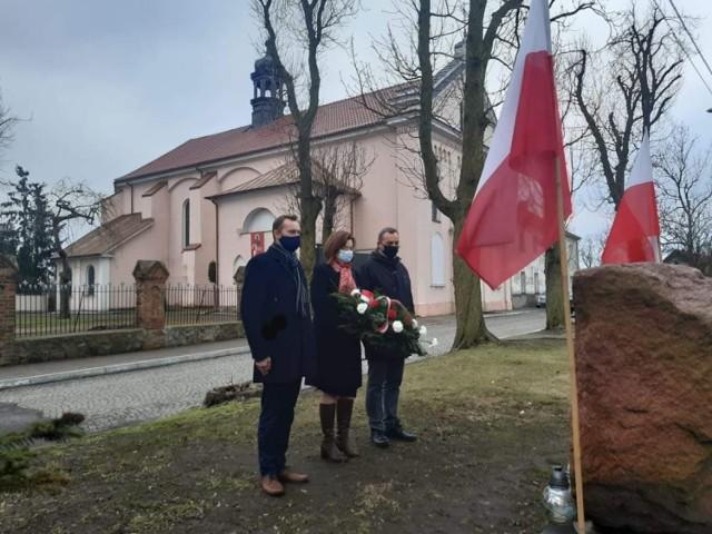W przededniu Narodowego Dnia Pamięci Żołnierzy Wyklętych radni powiatu lipnowskiego Marzena Niekraś, Krzysztof Grzywiński oraz Sławomir Wiśniewski oddali hołd żołnierzom wyklętym