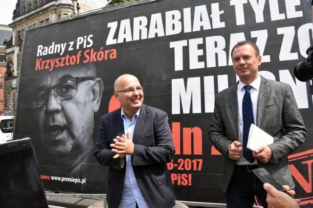 """Akcja billboardowa pod nazwą """"konwój wstydu"""" przyjechała do Legnicy."""